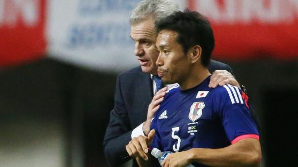 Head coach Javier Aguirre of Japan gives instructions to his player Yuto Nagatomo of Japan during the international friendly match between Japan and Jamaica at Denka Big Swan Stadium on October 10, 2014 in Niigata, Japan. (Getty Images)