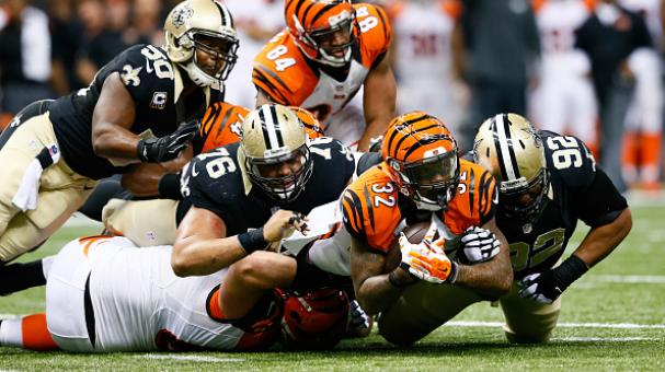 Jeremy Hill, #32 de los Cincinnati Bengals, es derribado por la defensiva de los Saints. Foto Getty Images