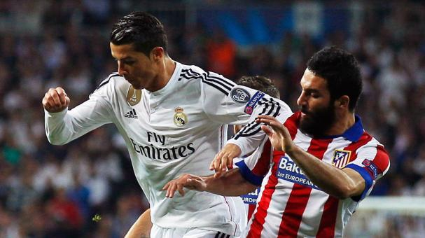Cristiano Ronaldo of Real Madrid CF takes on Arda Turan of Atletico Madrid at Santiago Bernabeu on April 22, 2015 in Madrid, Spain. (Photo by Gonzalo Arroyo Moreno/Getty Images)