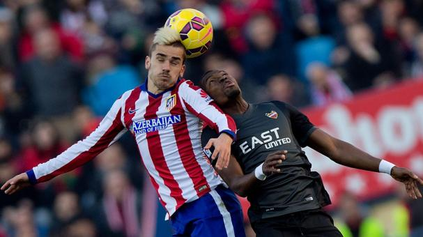 Antoine Griezmann (L) of Atletico de Madrid and Papa Diop of Levante UD at Vicente Calderon Stadium on January 3, 2015 in Madrid, Spain. (Photo by Gonzalo Arroyo Moreno/Getty Images)