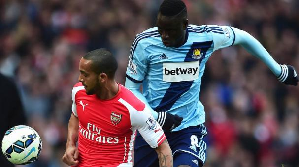 Theo Walcott of Arsenal and Cheikhou Kouyate of West Ham United during the Barclays Premier League match between Arsenal and West Ham United at Emirates Stadium on March 14, 2015 in London, England. (Getty Images)