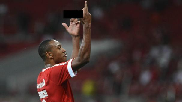 Fabricio of Internacional shows the finger to the fans during a match between Internacional and Ypiranga as part of Campeonato Gaucho 2015 at Beira-Rio Stadium on April 01, 2015 in Porto Alegre, Brazil. (Photo by Edu Andrade/LatinContent/Getty Images)