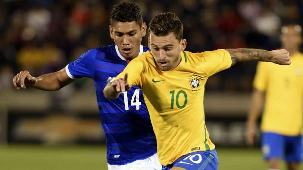 Lucas Lima (R) of Brazil battles for the ball with Valentin Pimental (L) of Panama in match between Brazil and Panama at the Dick's Sporting Goods Park in Denver, Colorado, USA, 29 May 2016. (Futbol, Amistoso, Brasil, Estados Unidos) EFE