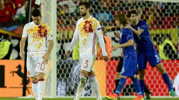 Aritz Aduriz (L) and Gerard Pique of Spain react after the UEFA EURO 2016 group D preliminary round match between Croatia and Spain at Stade de Bordeaux in Bordeaux, France, 21 June 2016. EFE