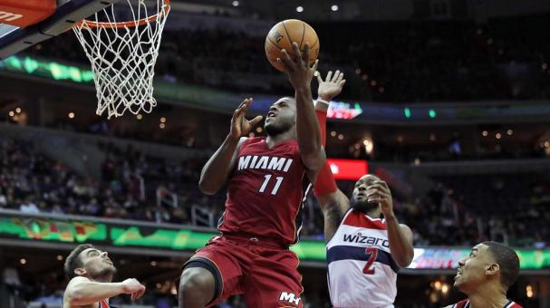 Dion Waiters, base del Heat de Miami, dispara frente al checo Tomas Satoransky (31) y a John Wall, de los Wizards de Washington, en el encuentro del sábado 19 de noviembre de 2016 (AP Foto/Alex Brandon)
