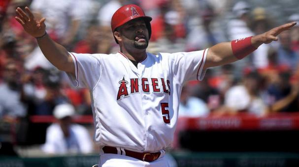Albert Pujols de los Angelinos de Los Angeles tras anotar una carrera. (AP Foto/Mark J. Terrill)