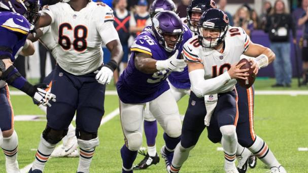 Chicago Bears quarterback Mitchell Trubisky scrambles and gets away from Minnesota Vikings defensive tackle Tom Johnson (2-R, front) during the NFL game between the Chicago Bears and the Minnesota Vikings at US Bank Stadium in Minneapolis, Minnesota. EFE