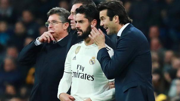 Santiago Solari, Manager of Real Madrid talks to substitue Isco during the La Liga match between Real Madrid CF and Valencia CF at Estadio Santiago Bernabeu on December 01, 2018 in Madrid, Spain. (Getty Images)