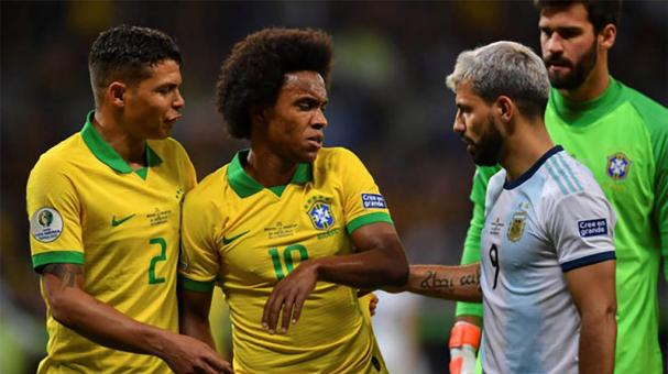 Willian of Brazil argues with Sergio Aguero of Argentina during the Copa America Brazil 2019 Semi Final match between Brazil and Argentina at Mineirao Stadium on July 02, 2019 in Belo Horizonte, Brazil. (Getty Images)