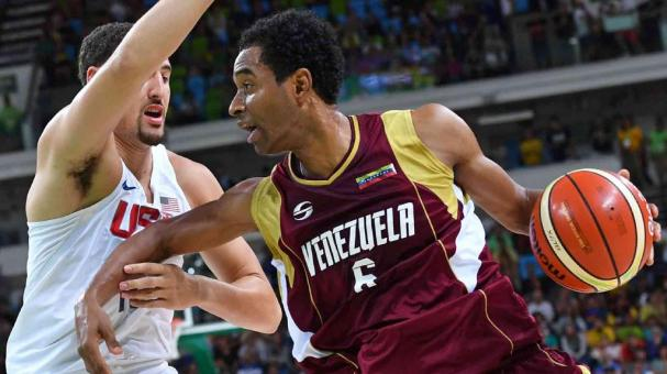 Venezuela's shooting guard John Cox (R) works around USA's guard Klay Thompson during a Men's round Group A basketball match between USA and Venezuela at the Carioca Arena 1 in Rio de Janeiro on August 8, 2016 during the Rio 2016 Olympic Games. / AFP / An