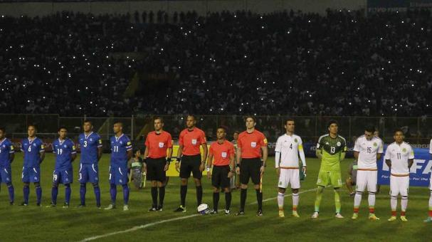Multan a El Salvador por incidentes en el duelo ante México. Foto: Getty Images