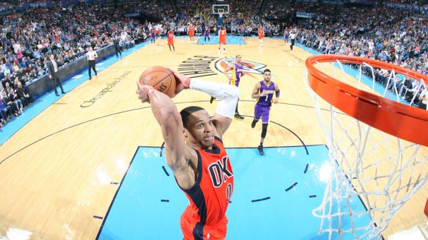 Russell Westbrook suma otro triple doble y Thunder supera a Lakers