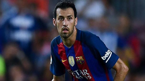 Sergio Busquets of FC Barcelona runs with the ball during the La Liga match between FC Barcelona and Deportivo Alaves at Camp Nou stadium on September 10, 2016 in Barcelona, Spain. (Photo by David Ramos/Getty Images)