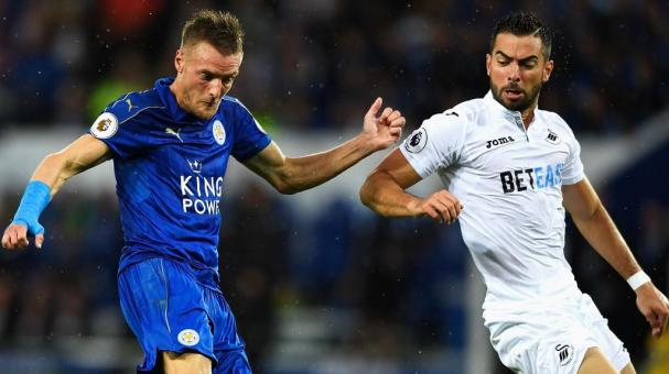 Jamie Vardy of Leicester City scores his sides first goal during the Premier League match between Leicester City and Swansea City at The King Power Stadium on August 27, 2016 in Leicester, England. (Getty Images)