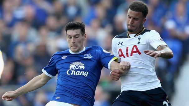 Gareth Barry of Everton battle for possession with Kyle Walker of Tottenham Hotspur during the Premier League at Goodison Park on August 13, 2016 in Liverpool, England. (Photo by Chris Brunskill/Getty Images)