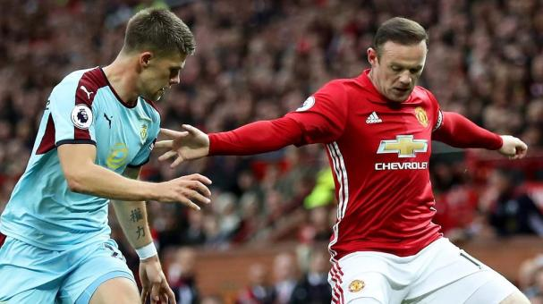 Johann Guomundsson of Burnley (L) puts pressure on Wayne Rooney of Manchester United (R) during the Premier League match at Old Trafford on October 29, 2016 in Manchester, England. (Photo by Mark Robinson/Getty Images)