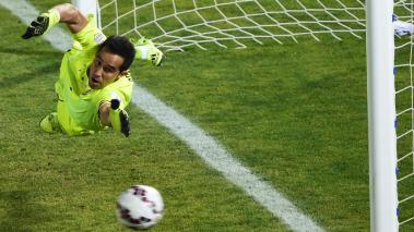 Chile's goalkeeper Claudio Bravo during the penalty shootout of the 2015 Copa America football championship final against Argentina, in Santiago, Chile, on July 4, 2015. (Getty Images)
