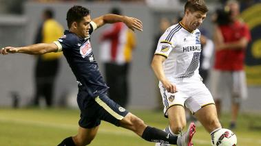 Steven Gerrard #8 of the Los Angeles Galaxy passes the ball against Andres Andrade #8 of Club America at StubHub Center on July 11, 2015 in Los Angeles, California. (Getty Images)
