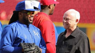 Johnny Cueto dialogo con Walt Jocketty, de los Rojos.