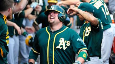 Billy Butler celebra su jonrón contra Chicago