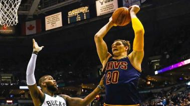 Cleveland Cavaliers center Timofey Mozgov of Russia (R) pulls a rebound away from Milwaukee Bucks center Greg Monroe (L) in the first half of their NBA game at the BMO Harris Bradley Center in Milwaukee, Wisconsin, USA, 14 November 2015. Foto: EFE