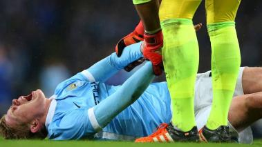 Goalkeeper Joel Robles of Everton attempts to assist the injured Kevin De Bruyne of Manchester City during the Capital One Cup Semi Final at the Etihad Stadium on January 27, 2016 in Manchester, England. (Photo by Alex Livesey/Getty Images)