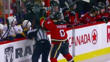 El defensa Dennis Wideman de los Calgary Flames.