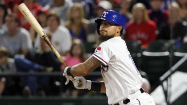 Rougned Odor de los Rangers de Texas batea un doble ante los Orioles de Baltimore el jueves 14 de abril de 2016. (AP Photo/Tony Gutierrez)