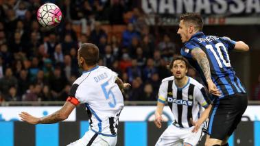 Fc Inter's forward Stevan Jovetic (R) scores the 2-1 lead during the Italian serie A soccer match between Fc Inter and Udinese at Giuseppe Meazza stadium in Milan, Italy, 23 April 2016. (Italia) EFE