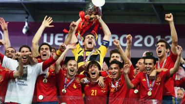 ker Casillas (C) of Spain lifts the trophy as he celebrates with team-mates following victory in the UEFA EURO 2012 final match between Spain and Italy at the Olympic Stadium on July 1, 2012 in Kiev, Ukraine. (Photo by Alex Grimm/Getty Images)