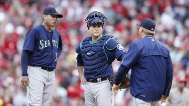 CINCINNATI, OH - MAY 21: Felix Hernandez #34 and Chris Iannetta #33 of the Seattle Mariners talk with pitching coach Mel Stottlemyre in the third inning of the game against the Cincinnati Reds at Great American Ball Park on May 21, 2016 in Cincinnati, Ohi
