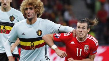 Marouane Fellaini (C) of Belgium and Gareth Bale (R) of Wales in action during the UEFA EURO 2016 quarter final match between Wales and Belgium at Stade Pierre Mauroy in Lille Metropole, France, 01 July 2016. EFE