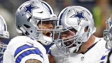 Dallas Cowboys quarterback Dak Prescott (L) celebrates after running in for a touchdown against the Cincinnati Bengals in the first half of their game at AT&T Stadium in Arlington, Texas, USA, 09 October 2016. EFE