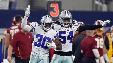 El jugador Anthony Brown (i) de Dallas Cowboys celebra junto a su compañero Jaylon Smith (d) hoy, durante la primera mitad del juego entre Washington Redskins y Dallas Cowboys de la NFL en el Estadio AT&T en Arlington, Texas (Estados Unidos). EFE