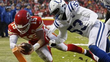 Kansas City Chiefs quarterback Patrick Mahomes against Indianapolis Colts linebacker Darius Leonard (R) in the first half of the NFL American Football Conference Divisional Round playoff American Football gameat Arrowhead Stadium in Kansas City, EFE
