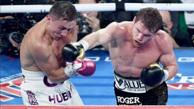 Canelo Alvarez (R) throws a right at Gennady Golovkin in the fifth round of their WBC/WBA middleweight title fight at T-Mobile Arena on September 15, 2018 in Las Vegas, Nevada. Alvarez won by majority decision. (Getty Images)