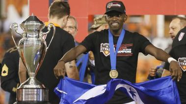 Alberth Elis #17 of Houston Dynamo celebrates with the championship trophy as the Houston Dynamo defated the Philadelphia Union 3-0 during Lamar Hunt U.S. Open Cup final on September 26, 2018 in Houston, Texas. (Getty Images)