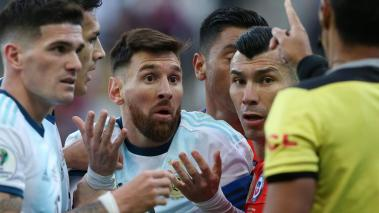 Lionel Messi of Argentina and Gary Medel of Chile argue with Referee Mario Diaz de Vivar after being shown the red card during the Copa America Brazil 2019 Third Place match between Argentina and Chile at Arena Corinthians on July 06, 2019 in Brasil.Getty
