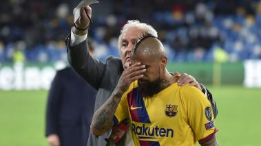 Arturo Vidal of Barcelona leaves the pitch after receiving a red card during the UEFA Champions League round of 16 first leg match between SSC Napoli and FC Barcelona at Stadio San Paolo on February 25, 2020 in Naples, Italy. (Getty Images)