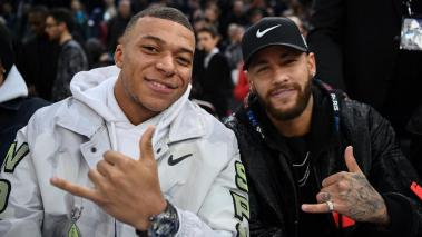 Paris Saint-Germain's Brazilian forward Neymar (R) and Paris Saint-Germain's French forward Kylian Mbappe at The AccorHotels Arena in Paris on January 24, 2020. (Getty Images)