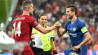 Cesar Azpilicueta of Chelsea (R) shakes hands with Jordan Henderson of Liverpool prior to the UEFA Super Cup match between Liverpool and Chelsea at Vodafone Park on August 14, 2019 in Istanbul, Turkey. (Getty Images)