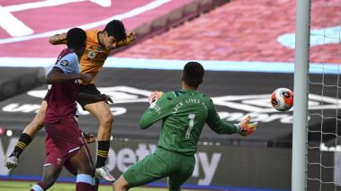 Raul Jimenez of Wolverhampton Wanderers scores a goal during the English Premier League soccer match between West Ham United and Wolverhampton Wanderers in London, Britain, 20 June 2020. (Reino Unido, Londres) EFE
