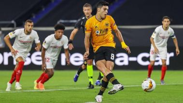 Duisburg: Football: Europa League, Wolverhampton Wanderers - FC Sevilla, Final-Eight, quarter-finals at the Schauinsland-Reisen-Arena. Wolverhamptons Raul Jimenez takes a penalty after a foul on Wolverhamptons Traore. (Getty Images)