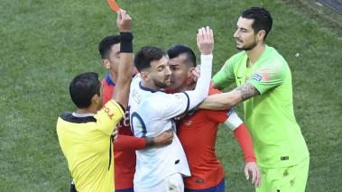 Paraguayan referee Mario Diaz de Vivar shows the red card to Argentina's Lionel Messi and Chile's Gary Medel during the Copa America football tournament third-place match at the Corinthians Arena in Sao Paulo, Brazil, on July 6, 2019. (Getty Images)