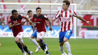 Jose Vazquez (L) of Toluca fights for the ball with Cristian Calderon (R) of Chivas during the 2nd round match between Chivas and Toluca as part of the Torneo Guard1anes 2021 Liga MX at Akron Stadium on January 16, 2021 in Zapopan, Mexico. (Getty Images)