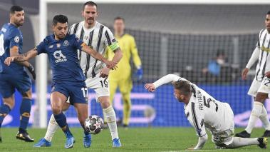 Juventus Arthur (2-R) and Portos Jesus Corona (2-L) in action during the UEFA Champions League round of 16 second leg soccer match Juventus FC vs FC Porto at the Allianz stadium in Turin, Italy, 09 March 2021. EFE