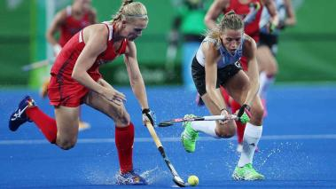USA's Stefanie Fee (L) and Argentina's Delfina Merino (R) in action during their Rio 2016 Olympic Games women's Field Hockey match at the Olympic Hockey Centre in Rio de Janeiro, Brazil, 06 August 2016. (Brasil) EFE