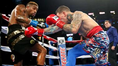 Willie Monroe Jr., left, fight Gabriel Rosado, right, during the Co-Main Event Vacant WBO Intercontinental Middleweight fight at AT&T Stadium on September 17, 2016 in Arlington, Texas. (Getty Images)