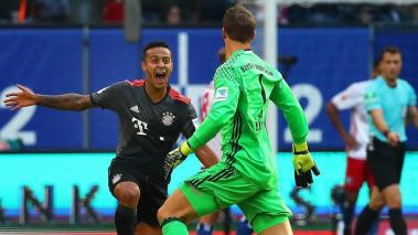 Munich's Manuel Neuer (R) and Thiago Alcantara (L) celebrate their winning goal at Bundesliga in Hamburg, Germany, 24 September 2016. Bayern won 1-0. (Hamburgo, Alemania) EFE