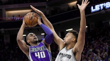 Arron Afflalo #40 of the Sacramento Kings goes up to shoot over Kyle Anderson #1 of the San Antonio Spurs during the first quarter of an NBA basketball game at Golden 1 Center on October 27, 2016 in Sacramento, California. (Getty Images)